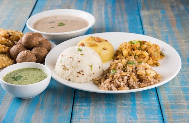Indische fastenrezepte oder upwas food, für navratri, maha shivratri oder ekadasi oder chaturthi oder gauri vrat. serviert in keramikgeschirr über buntem oder hölzernem hintergrund. selektiver fokus