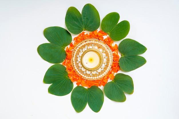 Indische festival dussehra kompostion mit grünem blatt, blumen und lampe