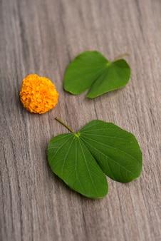 Indische festival dussehraand-ringelblume blüht auf einem hölzernen hintergrund.