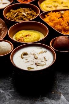 Indische fischplatte oder thali - beliebte meeresfrüchte, nicht vegetarisches essen aus mumbai, konkan, maharashtra, goa, bengal, kerala, serviert in einer stahlplatte oder über bananenblättern