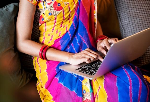 Indische frau benutzt computerlaptop