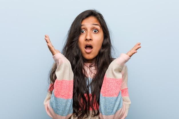 Indische frau der jungen mode überrascht und entsetzt.
