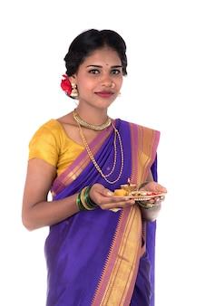 Indische frau, die anbetungsdame mit pooja thali durchführt, isoliert