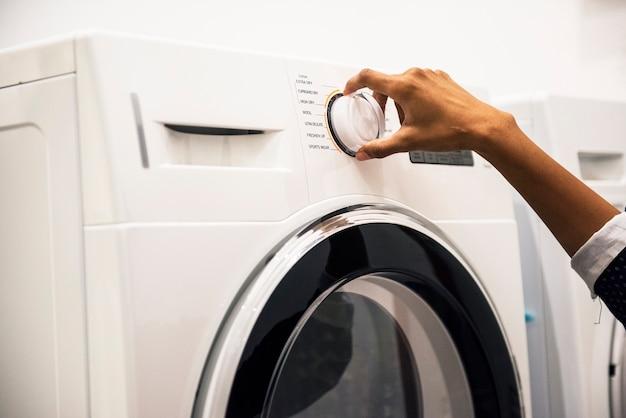 Indische frau, die eine wäscherei tut