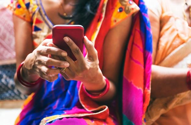 Indische frau, die handy verwendet
