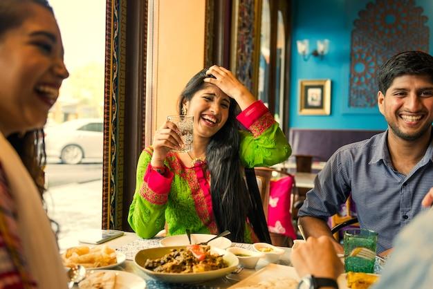 Indische freunde, die zusammen zu mittag essen