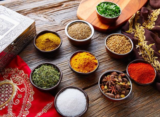 Indische gewürze vermischen sich als koriander-curry