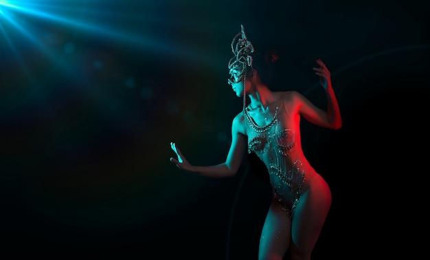 Indische göttin beleuchtet durch blaue fackel und rotes licht auf schwarz