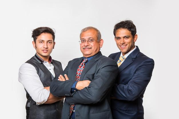 Indische intelligente geschäftsleute oder anwalt im anzug, die als team stehen, isoliert auf weißem hintergrund, blick in die kamera