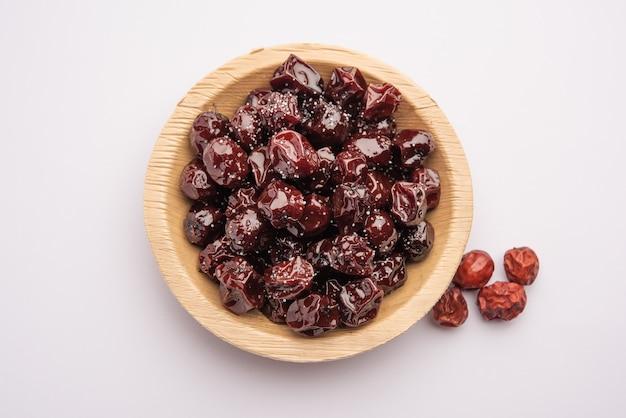 Indische jujube, beere oder ber in jaggery-sirup mit süß-saurem geschmack namens labdo, typischer saisonaler snack am straßenrand