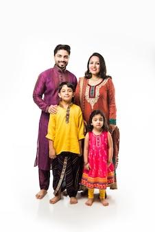 Indische junge vierköpfige familie in traditioneller kleidung, isoliert auf weißem hintergrund