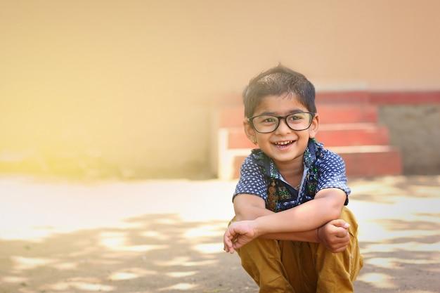 Indische kinder tragen eine brille