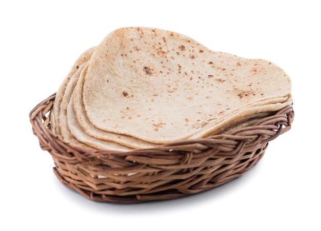 Indische küche chapati auf weißem hintergrund