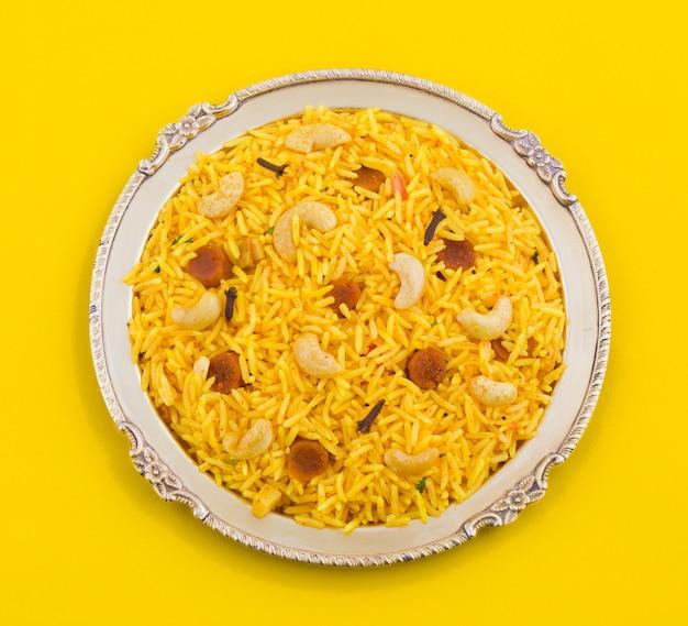 Indische küche pulao auf gelbem hintergrund