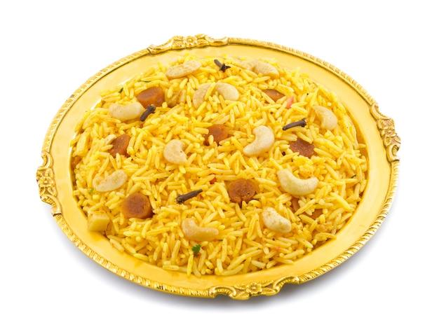 Indische küche pulao oder pulav lokalisiert auf weißem hintergrund