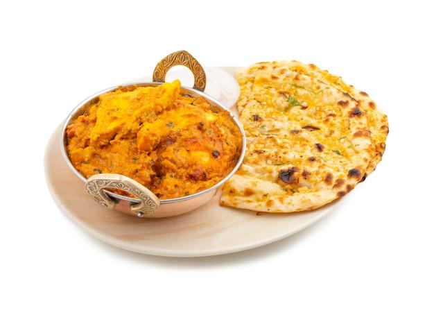 Indische küche-spezieller süßer und würziger paneer pasanda diente mit knoblauch naan auf weißem hintergrund