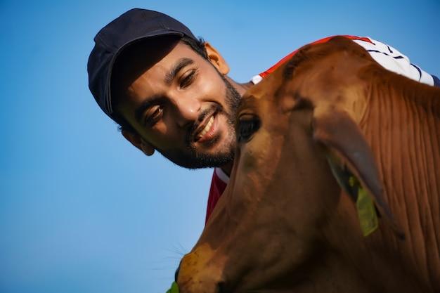 Indische kuhbilder mit mann-tierpflege-bild