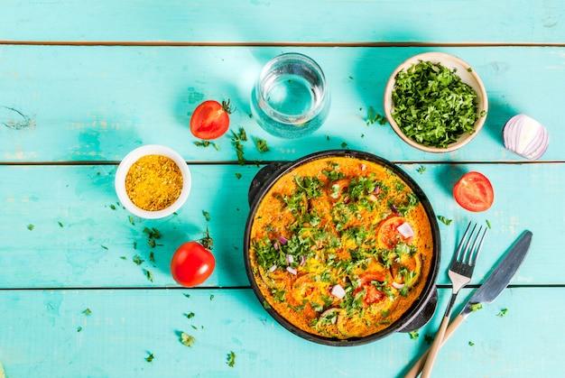 Indische lebensmittelrezepte, indisches masala-ei-omelett, mit frischgemüse