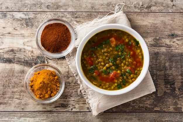Indische linsensuppe dal in einer schüssel