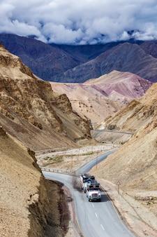 Indische lkw-lastwagen auf der autobahn im himalaya. ladakh, indien