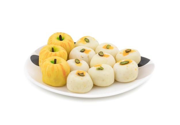 Indische mischung süße speisen apple shaped peda mit weißen peda