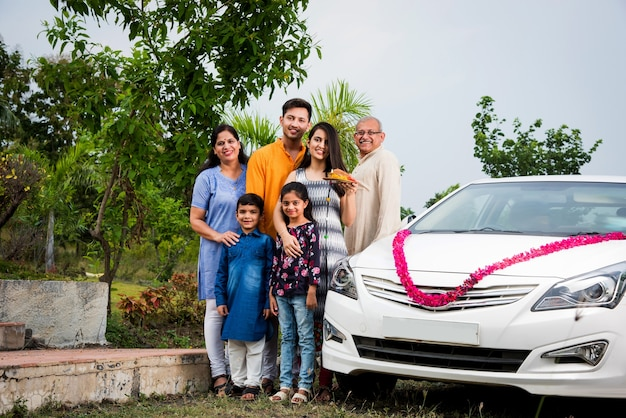 Indische moderne eltern mit kindern begrüßen das neue ca traditionell und führen pooja . auf