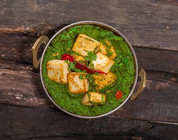 Indische punjabiküche palak paneer bildete sich vom spinat und vom hüttenkäse, die in kadhai dekorativ sind