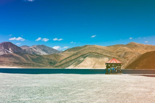 Indische reiseziel-see-berglandschaft