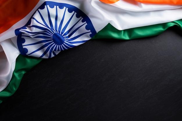Indische republik tag konzept. indische flagge gegen einen tafelhintergrund