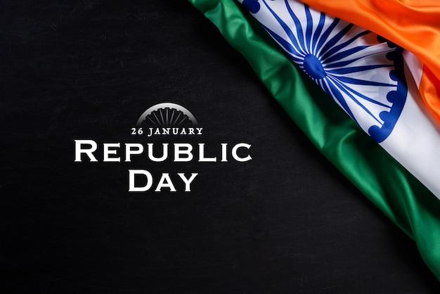 Indische republik tag konzept. indische flagge gegen tafelhintergrund. 26. januar.
