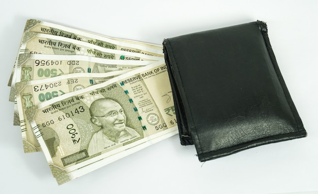 Indische rupien mit brieftasche isolieren in weißer oberfläche