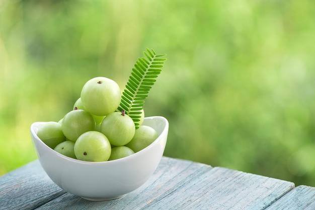 Indische stachelbeere oder phyllanthus emblica früchte auf naturhintergrund.