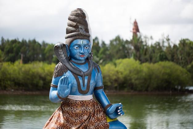 Indische statuen auf dem see in mauritius. grand bassin