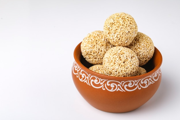 Indische süßigkeit für traditionelles festival makar sankranti: rajgira laddu aus amaranth-samen in schüssel