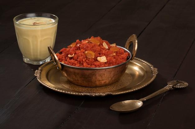 Indische süßspeise karotte halwa oder gajar ka halwa mit milch