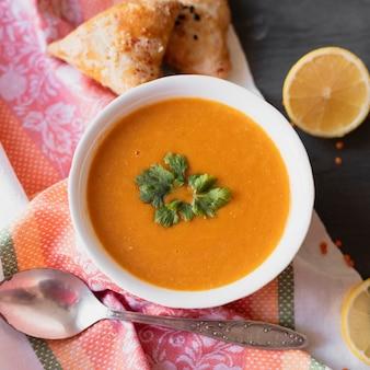 Indische suppe der draufsicht mit zitrone