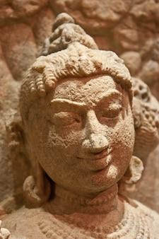 Indische tänzerstatue aus sandstein, x jahrhundert n. chr.