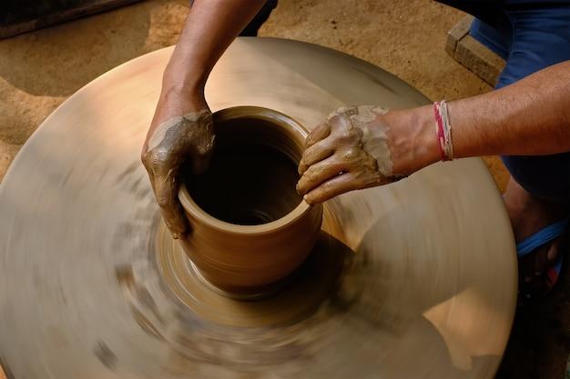 Indische töpferhände bei der arbeit, shilpagram, udaipur, rajasthan, indien