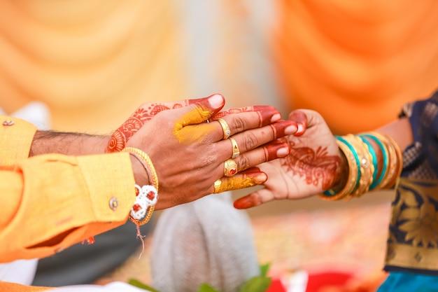 Indische traditionelle hochzeit: bräutigam hand haldi zeremonie