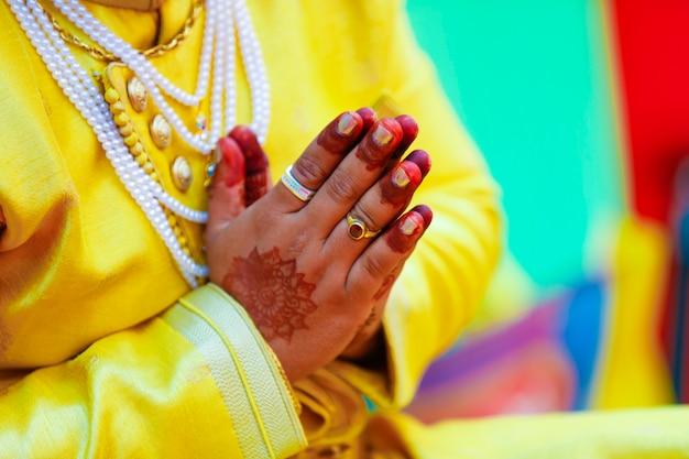 Indische traditionelle hochzeitsbräutigamhand