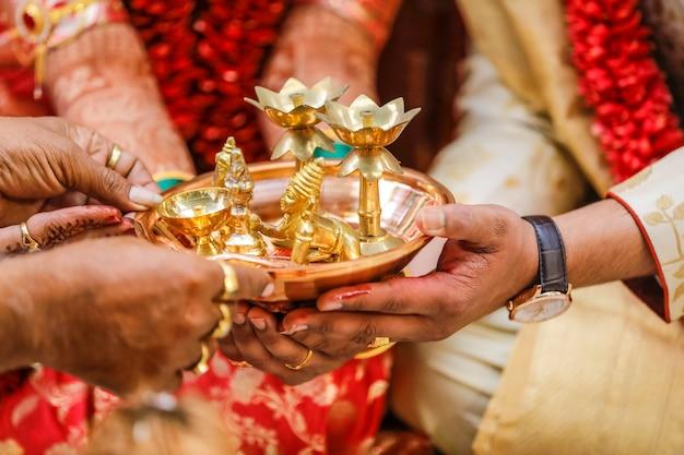 Indische traditionelle hochzeitszeremonie braut und bräutigam hand