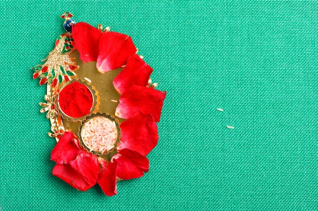 Indische traditionelle hochzeitszeremonie: dekoratives puja thali