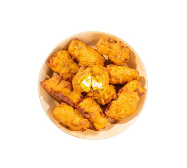 Indische traditionelle paneer pakora snacks auf weißem hintergrund