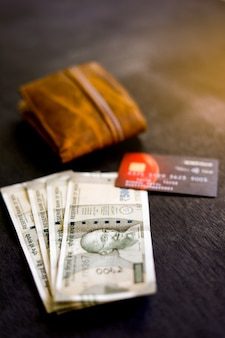 Indische währung mit geldbörse, kredit-debitkarte,