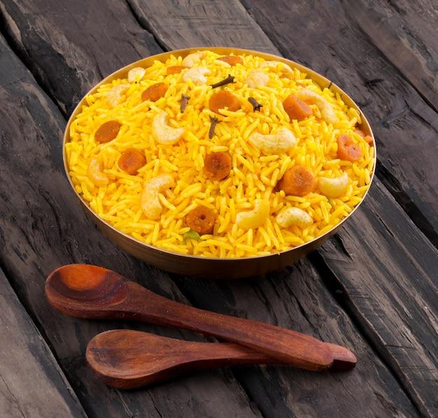 Indische würzige küche pulav oder pulav auf hölzernem hintergrund