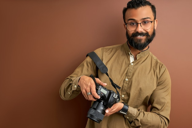 Indischer arabischer fotograf männlich mit lächelnder kamera