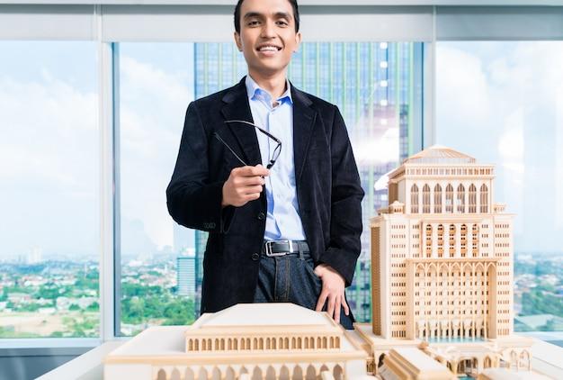 Indischer architekt mit architekturmodell