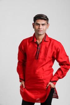 Indischer / asiatischer mann im roten hemd und im zeigen des mehrfachen ausdrucks über weiß