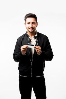 Indischer asiatischer mann mit kredit- oder debitkarte oder elektronischer plastikkarte, isoliert auf weißem hintergrund