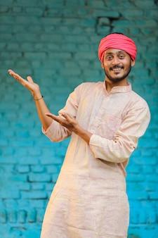 Indischer bauer in traditioneller kleidung und glücklicher ausdruck zu hause
